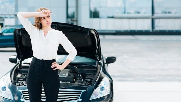 女性と車の正面図