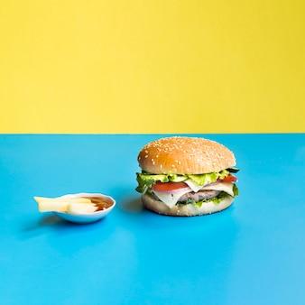 青と黄色の背景にハンバーガー