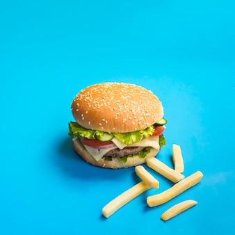 フライドポテトと食欲をそそるハンバーガー