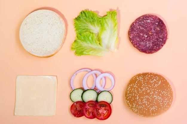 ハンバーガーの食材のトップビューの組み合わせ