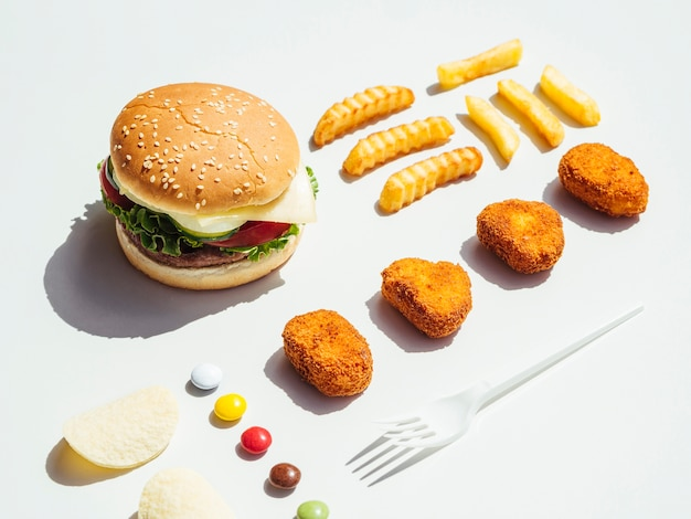 フライドポテトとナゲットのチーズバーガー