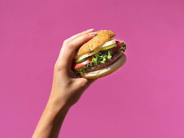 ピンクの背景にレタスとアメリカのハンバーガー