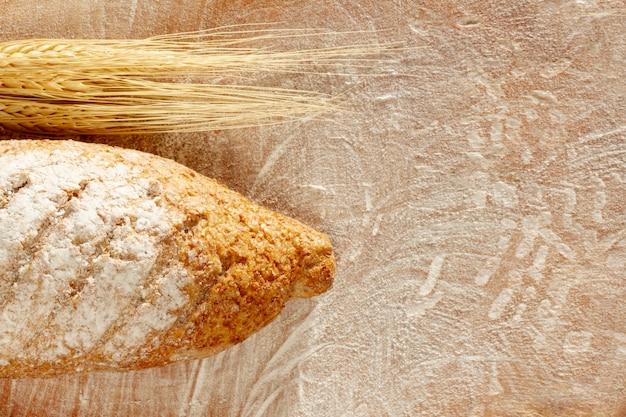 トップビューのパンと小麦