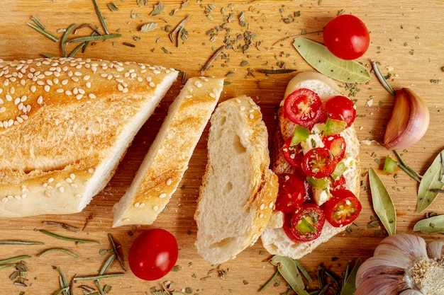 Ломтики белого хлеба с помидорами