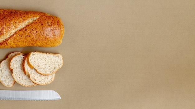 パンとナイフのトップビューのスライス
