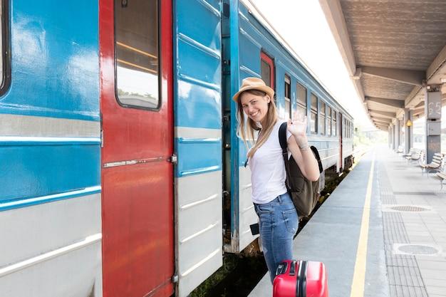 女性旅行者が電車に乗る準備ができて