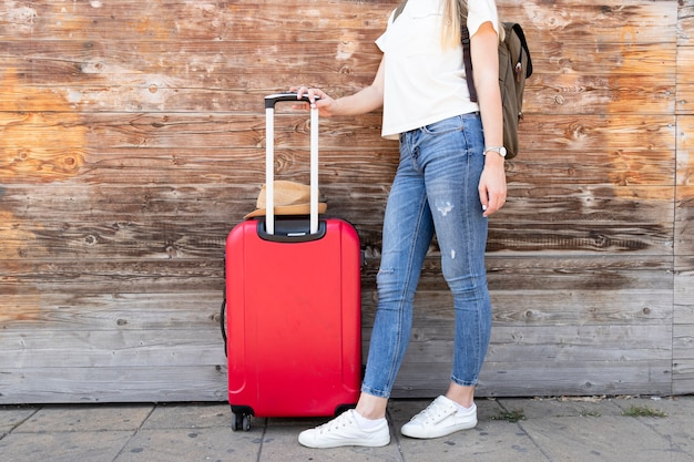 彼女の荷物を持つ旅行者の女性