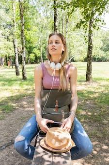 Женщина смотрит в сторону и слушает музыку