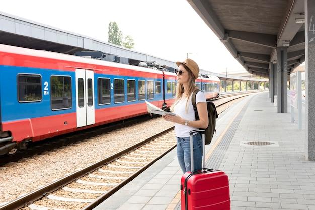 電車を見て女性