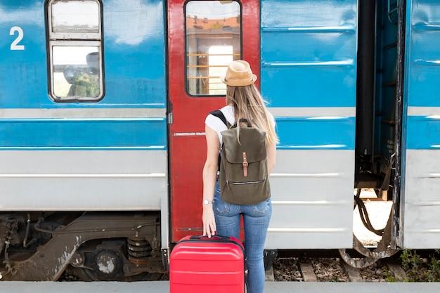 後ろから電車に乗る準備ができている女性