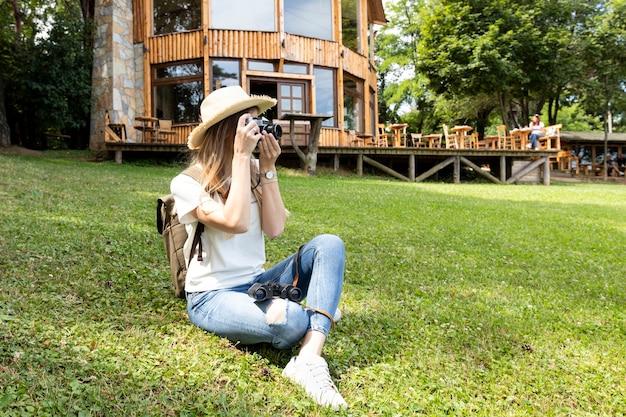 写真を撮る女性のロングショット