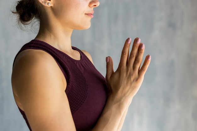 祈りのポーズを実行する女性