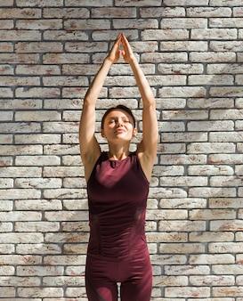 上向きの敬礼の練習の女性