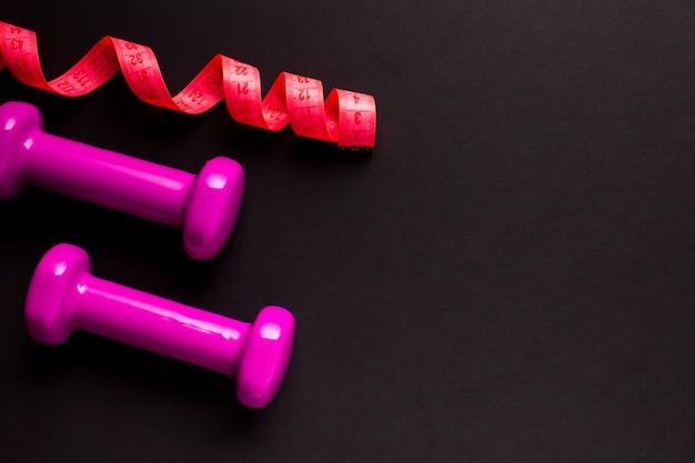 ピンクのスポーティなアイテムとフラットレイアウトフレーム