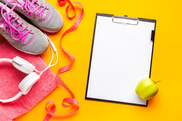 スポーツアイテム、クリップボード、アップルのフラットレイアウト