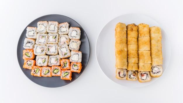 Суши тарелки разнообразные вид сверху