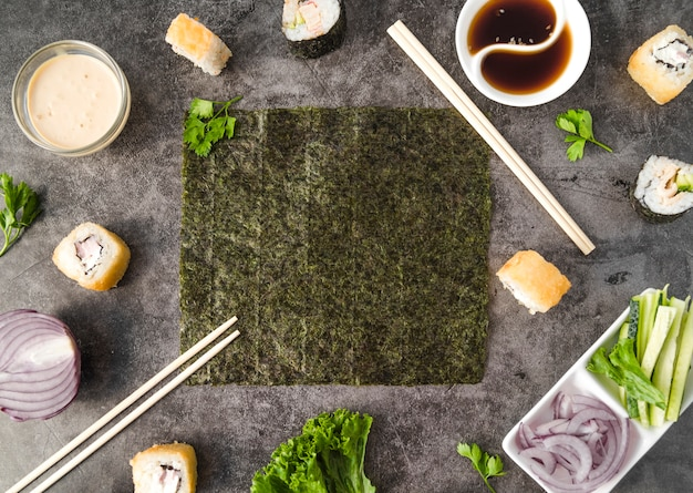 Суши с ингредиентами и палочками для еды горизонтальная рама