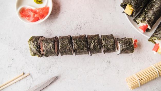 Нарезанный суши ролл со специями