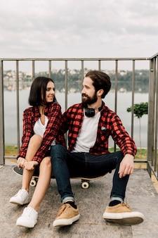 一致する服装で座っているカップル