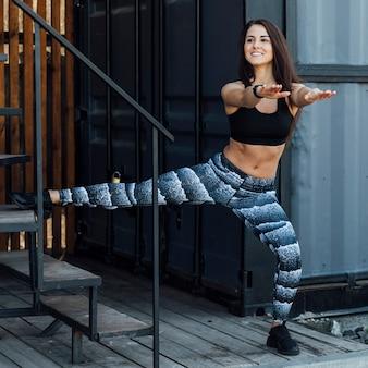 階段を使用して運動の女性