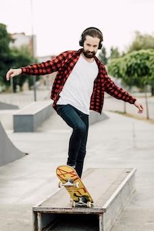 スケートパークで楽しんでいる男
