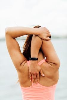 腕を伸ばして女性の背面図