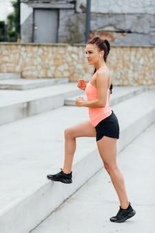 階段で運動する女性の側面図