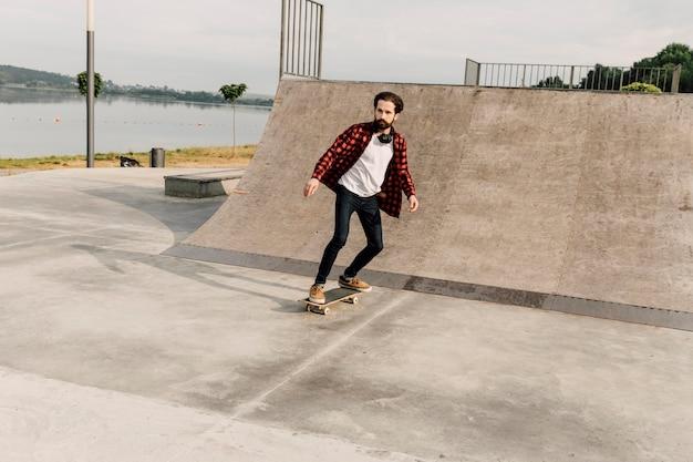 スケートパークでの男のロングショット