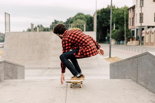 スケートパークで男の背面図