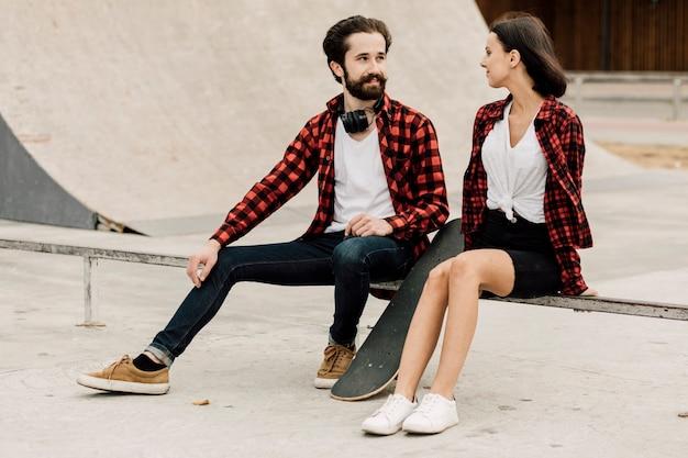 スケートパークで一緒にカップル