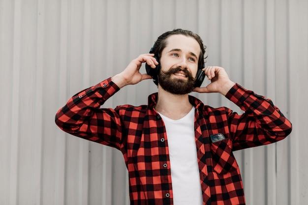 ヘッドフォンを持つ男の正面図