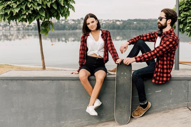 スケート公園で一緒にかわいいカップル