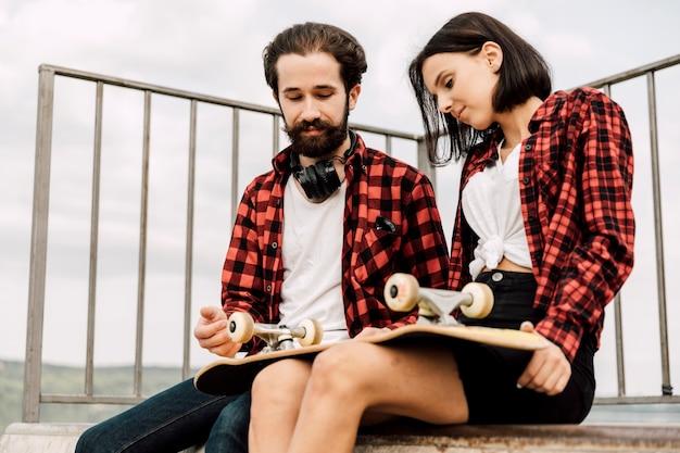 スケートパークでのカップルのミディアムショット