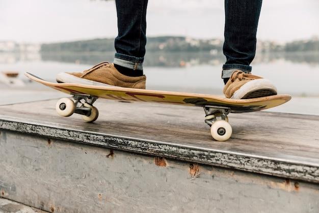 スケートパークでのスケートボードのトリック