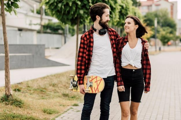 公園で一緒に時間を過ごすカップル