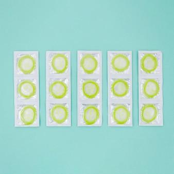Вид сверху завернутые зеленые презервативы