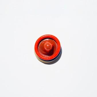 トップビュー色の白い背景の上のコンドーム