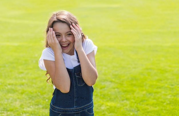 笑顔と外で遊ぶ少女