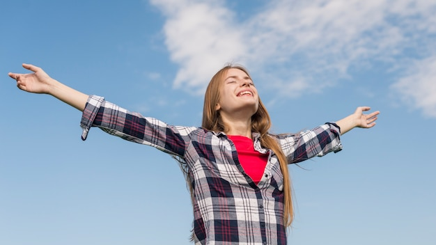 幸せを表現するローアングルの女の子