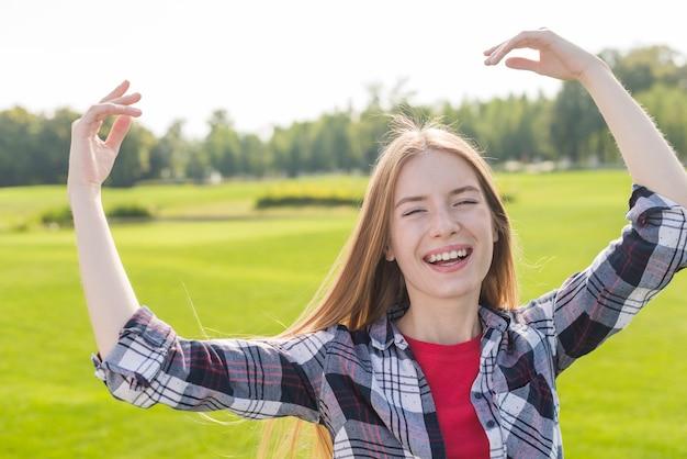 カメラにポーズをしながら笑っている女の子