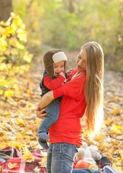 毛皮の帽子を持つ母持株赤ちゃん