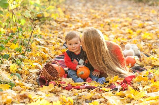 幸せな母が彼女の赤ん坊の息子にキス