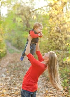 かわいい赤ちゃんを育てる若い母親