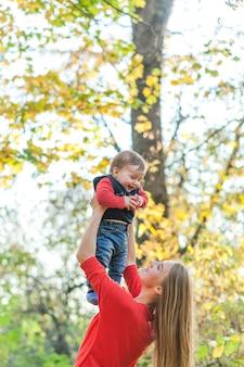 小さな男の子と遊んで幸せな母