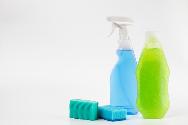 Различные чистящие средства на белом фоне
