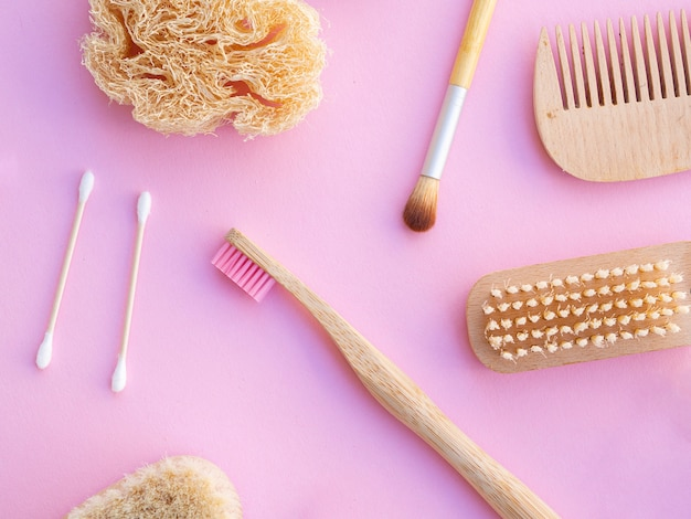 ピンクの背景のトップビュー化粧品