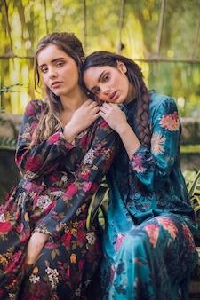 ベンチに座っている花柄のドレスを着た女性