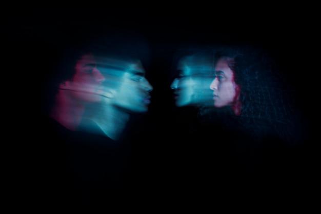 二重露光効果を持つ横向きのカップル