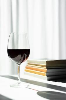 半分空の赤ワイングラスの影