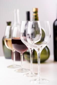 さまざまなワイングラスの配置